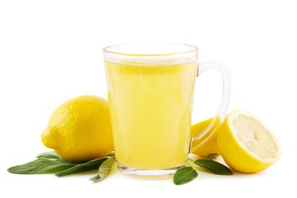 Heiße Zitrone mit Salbei
