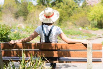 einsame junge frau auf einer parkbank