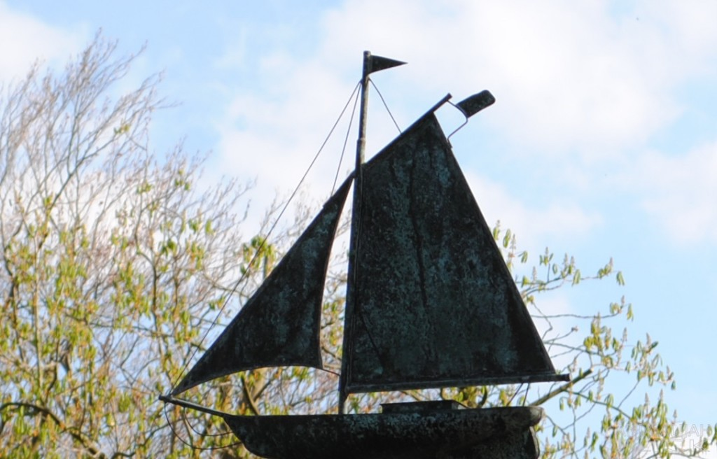 Schiff in den Bäumen